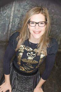 Lisa Loeb wearing a black shirt with gold print