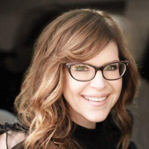 Lisa Loeb wearing black framed glasses