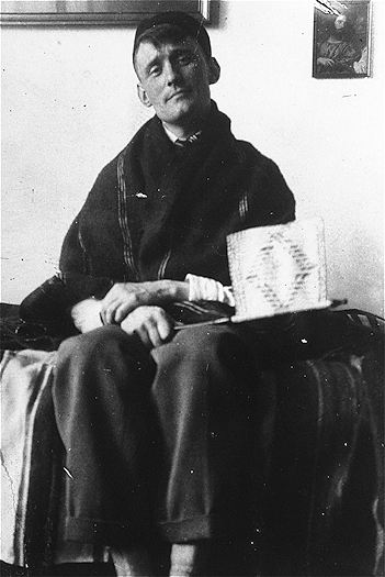Black and white photo of Willem Arondeus sitting down and looking at the camera